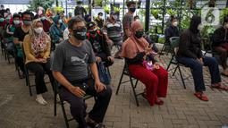 Warga menunggu untuk menjalani tes usap PCR COVID-19 di Puskesmas Kecamatan Duren Sawit, Jakarta, Kamis (22/7/2021). Pemerintah dalam waktu dekat akan meningkatkan testing dan tracing di wilayah padat penduduk. (Liputan6.com/Faizal Fanani)