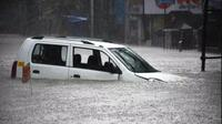 Anak 10 Tahun Pecahkan Kaca Mobil Selamatkan Keluarganya yang Terjebak Banjir (Cartoq)
