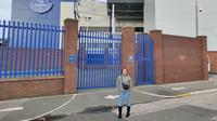 Jurnalis KLY Sports, Fitri Apriani, berpose di kompleks Stadion Goodison Park, markas Everton.  (FOTO / Ist)