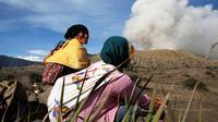 Warga suku Tengger beristirahat sebelum mengikuti upacara Kasada di gunung Bromo, Probolinggo, Rabu (20/7). Perayan Kasada suku Tengger Bromo akan digelar 20 - 21 Juli 2016. (REUTERS / Beawiharta)