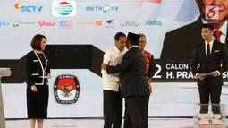 Capres nomor urut 01 Joko Widodo atau Jokowi (dua kiri) berpelukan dengan capres nomor urut 02 Prabowo Subianto (dua kanan) saat mengikuti debat keempat Pilpres 2019 di Hotel Shangri-La, Jakarta, Sabtu (30/3). (Liputan6.com/JohanTallo)