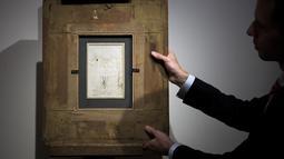Tampilan belakang gambar sketsa karya Leonardo da Vinci sebelum dilelang di rumah lelang Tajan di Paris, Prancis (13/12). Sebuah sketsa lukisan yang diyakini dibuat oleh Leonardo da Vinci ditemukan di Paris. (AFP/Philippe Lopez)