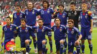 Para pemain tim nasional Jepang berpose sebelum pertandingan uji coba melawan Inggris, di UPC Arena, 30 Mei 2010. (AFP).
