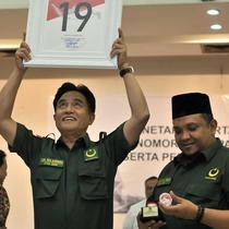 Ketua Umum Partai Bulan Bintang (PBB) Yusril Ihza Mahendra menunjukkan bingkai nomor urut 19 di Kantor KPU, Jakarta, Selasa (6/3). (Merdeka.com/Iqbal Nugroho)