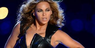 Saat Superbowl 2018, Beyonce mengalami malfungsi busana yang membuat puting payudaranya terlihat dari samping. (Madailygist)