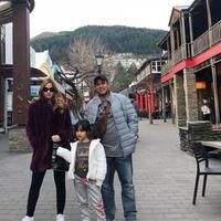 Nia Ramadhani dan Ardi Bakrie serta Mikhayla saat di Selandia Baru (Instagram/@ramadhaniabakrie)