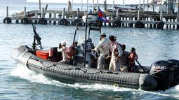 Kapal patroli angkatan laut melakukan pencarian backpacker Inggris Amelia Bambridge yang hilang di pulau Koh Rong di barat daya Kamboja (30/10/2019). Otoritas Kamboja melakukan operasi pencarian dengan melibatkan sekitar 200 personel militer, polisi dan tim penyelam. (AP Photo/Heng Sinith)
