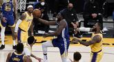 Pebasket Golden State Warriors Draymond Green (tengah) berupaya memasukkan bola dalam pertandingan NBA melawan LA Lakers di Staples Center,  Los Angeles, California, Amerika Serikat, Senin (18/1/2020). (AP Photo/Jae C. Hong)