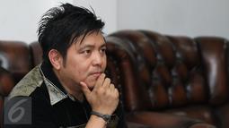 Steven Rumangkang ketika memberi keterangan pers di kawasan Cilandak, Jakarta, Kamis (3/12). Sejak pergi kepergian Angel Karamoy dari rumah, Steven mengaku sudah menaruh curiga terhadap istrinya memiliki pria idaman lain.  (Liputan6.com/Herman Zakharia)