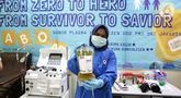 Petugas memperlihatkan plasma konvalesen dari pasien sembuh COVID-19, di Unit Donor Darah (UDD) PMI DKI Jakarta, Rabu (23/6/2021). PMI DKI Jakarta mengajak para penyintas yang sembuh mendonorkan plasma darah konvalesen untuk membantu pasien COVID-19 yang dalam perawatan. (Liputan6.com/Faizal Fanani)