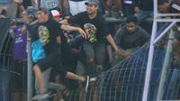 Penonton merusak pagar pembatas tribune saat laga uji coba Persik Kediri melawan Persis Solo di Stadion Brawijaya Kota Kediri, Sabtu (27/4/2019). (Bola.com/Gatot Susetyo)