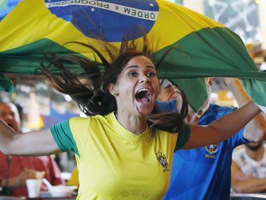 Fans cantik merayakan gol saat Brasil melawan Kosta Rika pada laga grup E Piala Dunia 2018 di Framingham, AS, (22/6/2018). Brasil menang 2-0. (AP/Michael Dwyer)