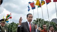 Presiden Joko Widodo memberikan keterangan pers sebelum bertolak ke Kuala Lumpur, Malaysia di Bandara Halim Perdana Kusuma, Jakarta, Minggu (26/4/2015). Kunjungan tersebut dalam rangka menghadiri KTT ASEAN ke-26. (Liputan6.com/Faizal Fanani)