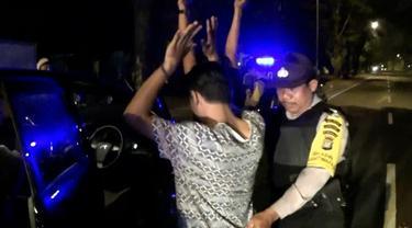 Petugas Kepolisian Polsek Serpong, Kota Tangerang Selatan, menggelar Operasi Cipta Kondisi, dijalan Taman Kota Dua BSD, Serpong.