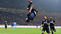 Hernanes melakukan salto sebagai ekspresi kesalnya pada presiden Lazio yang menjualnya ke Inter, Januari 2015.  (101greatgoals)