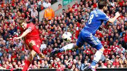 Gelandang Chelsea, Frank Lampard, menahan laju tendangan Steven Gerrard (Liverpool) saat berlaga di Liga Primer Inggris di stadion Anfield, Liverpool, (27/4/2014). (REUTERS/Darren Staples)