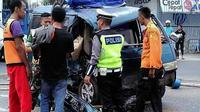 Mobil Suzuki Carry sarat pemudik mendadak menabrak pembatas jalan dan menyeruduk truk pengangkut elpiji di jalur pantura, Losari, Brebes Jateng. (Liputan6.com/Fajar Eko Nugroho)