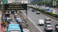 Kepadatan lalu lintas saat penerapan menggunakan kartu e-Toll di gerbang tol Semanggi 2, Jakarta, Selasa (31/10). Mulai hari ini, seluruh gerbang tol di Indonesia secara serentak hanya melayani transaksi non tunai. (Liputan6.com/Angga Yuniar)