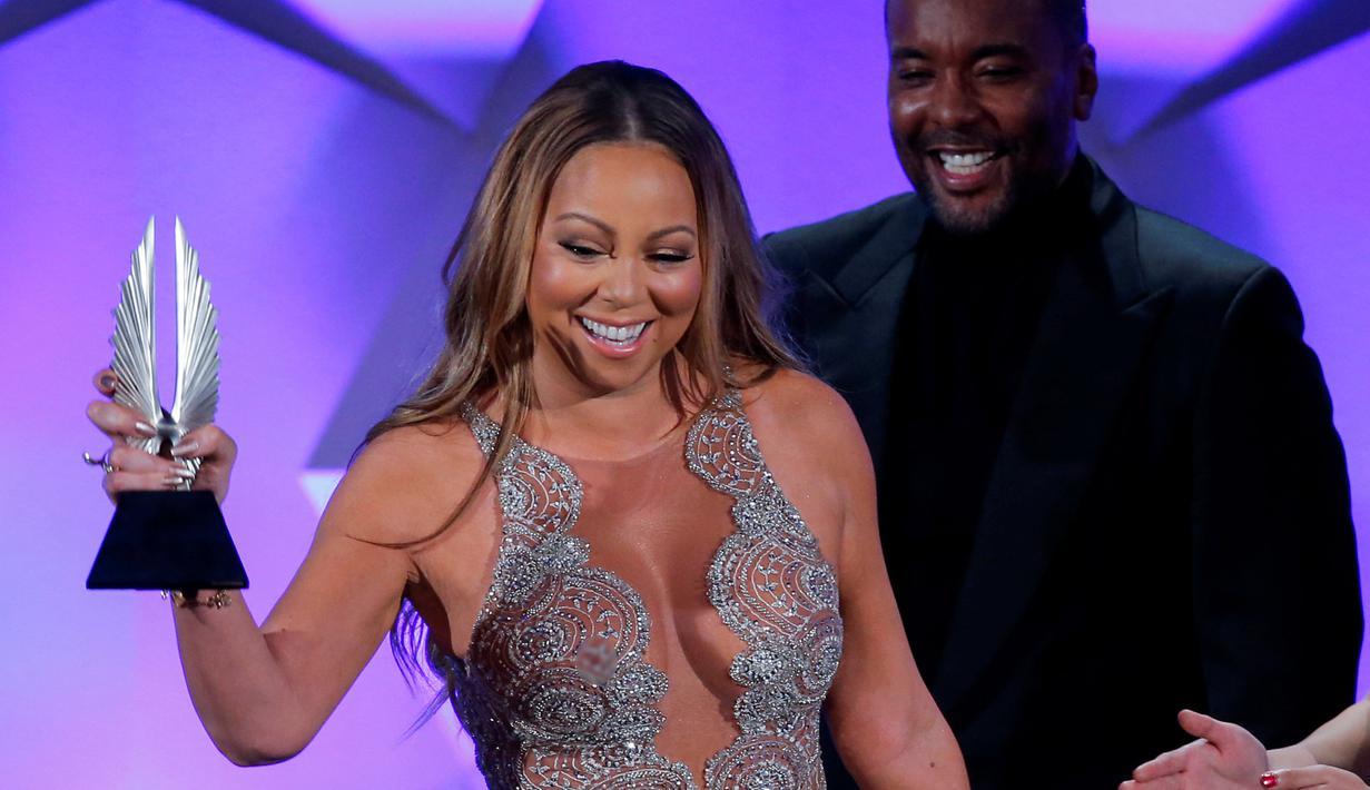 Penyanyi Mariah Carey saat menerima penghargaan di panggung GLAAD Media Awards ke-27 di New York 14 Mei 2016. Mariah Carey mendapatkan piala dalam kategori Ally Award. (REUTERS / Eduardo Munoz)