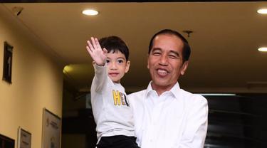 Jokowi Jenguk Kelahiran Cucu Ketiga di Solo