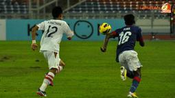 Pemain Malaysia, Norshahrul melewati pemain Laos dalam Laga Piala AFF Suzuki 2012 grup B di Stadion Bukit Jalil, Kuala Lumpur Malaysia, rabu 28 November 2012. pertandingan dimenangkan Malaysia dengan skor 4-1.