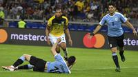 Striker Timnas Uruguay, Luis Suarez (kanan), berselebasi setelah pemain Ekuador, Arturo Mina, membuat gol bunuh diri pada laga Grup C Copa America 2019, di Estádio Governador Magalhães Pinto, Senin (17/6/2019). (Luis Acosta/AFP)
