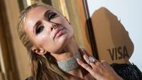 "Paris Hilton berpose saat menghadiri pemutaran perdana ""The Death and Life of John F. Donovan"" selama Festival Film Internasional Toronto di Toronto, Ontario, Kanada (10/9). Paris Hilton tampil cantik dengan gaun silver. (AFP Photo/Geoff Robins)"