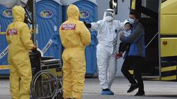 Warga Malaysia saat tiba setelah dievakuasi dari Wuhan, China akibat virus corona di Bandara Internasional Kuala Lumpur di Sepang, Selasa, (4/2/2020). Sejumlah 107 warga Malaysia dievakuasi Wuhan, China. (Muzzafar Kasim/Malaysia's Ministry of Health/AFP)