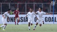 Pemain Timnas Indonesia U-19, Todd Rivaldo Ferre (ketiga kiri)merayakan gol ke gawang Qatar U-19 pada penyisihan Grup A Piala AFC U-19 2018 di Stadion GBK, Jakarta, Minggu (21/10). Indonesia kalah tipis 5-6. (Liputan6.com/Helmi Fithriansyah)