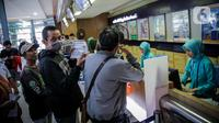 Calon penumpang mengantre di loket pembelian tiket di Stasiun Senen, Jakarta, Senin (9/3/2020). Tiket kereta api reguler masa angkutan Lebaran mulai diburu calon penumpang. (Liputan6.com/Faizal Fanani)