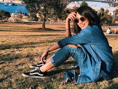 Nabila Faisal yang kini telah berstatus istri Marcell Darwin punya selera fashion yang kekinian. Seperti saat ia memadukan outfit denim dengan kacamata hitam ini. Penampilan simpelnya bisa jadi inspirasi anak muda. (Liputan6.com/IG/@fastynabila)