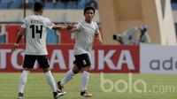Eka Ramdani dan Ahmad Birrul asal Persela Lamongan dalam lanjutan turnamen Piala Presiden 2017 di Stadion Si Jalak Harupat, Soreang Jawa Barat, Senin (6/2/2017). (Bola.com/Peksi Cahyo)