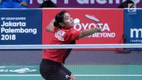 Tunggal putri Indonesia, Gregoria Mariska Tunjung mengembalikan kok ke arah pemain Jepang, Akana Yamaguchi pada semifinal Bulutangkis Beregu Putri Asian Games 2018 di Jakarta, Selasa (21/8). (Liputan6.com/Helmi Fithriansyah)