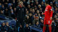 Roberto Firmino (kanan) yakin Jurgen Klopp akan membawa Liverpool meraih banyak gelar juara. (Reuters/Carl Recine)