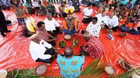 Kepala BNPB Doni Monardo bertemu dengan para tetua adat atau Ondofolo dan masyarakat adat se-Danau Sentani di Bumi Kenambai Umbai, Sentani, Jayapura, Selasa (3/9/2019). (Dok Badan Nasional Penanggulangan Bencana/BNPB)
