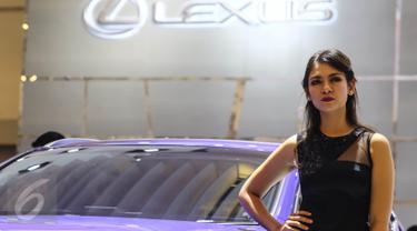 Model berdiri di samping mobil Lexus saat pameran otomotif Gaikindo Indonesia International Auto Show (GIIAS) di ICE BSD, Tangerang Selatan, (11/08). GIIAS 2016 dimeriahkan oleh 361 booth pameran. (Liputan6.com/Fery Pradolo)