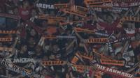 Suporter Persija Jakarta, The Jakmania, memberikan dukungan saat melawan Bhayangkara FC pada laga Liga 1 di SUGBK, Jakarta, Jumat (23/3/2018). Kedua klub bermain imbang 0-0. (Bola.com/Vitalis Yogi Trisna)
