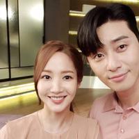 Park Seo Joon dan Park Min Young dikabarkan menjalin cinta di dunia nyata. (Sumber Foto: Soompi)