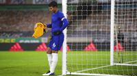 Bek sekaligus kapten Chelsea, Thiago Silva, tampak lesu usai ditaklukkan Wolverhampton Wanderers pada laga Liga Inggris di Stadion Molineux, Rabu (16/12/2020). Chelsea tumbang dengan skor 2-1. (Michael Steele/Pool via AP)
