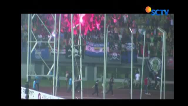 Pendukung Persib turun ke lapangan & ricuh, karena tak terima timnya kalah saat bertanding melawan Bhayangkara FC