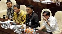 Menkominfo Rudiantara (kiri) dengan Mendagri Tjahjo Kumolo (tengah) dan Menkumham Yasonna Laoly saat rapat RUU Ormas di Kompleks Parlemen, Senayan, Jakarta, Jumat (20/10). (Liputan6.com/Johan Tallo)