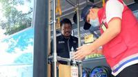 Petugas dan penumpang BRT Trans Semrang wajib mencuci tangan sebelum memasuki armada bus. (foto: Liputan6.com/dok.trans semrang)