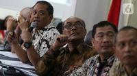 Kepala Sub Komite Kecelakaan Penerbangan KNKT Nurcahyo Utomo (kiri) memberikan keterangan pers mengenai hasil investigasi kecelakaan pesawat Lion Air JT 610 di Jakarta, Jumat (25/10/2019). (Liputan6.com/Johan Tallo)