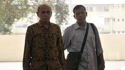 Mantan Kas Kostrad Kivlan Zen (kiri) saat akan menjalani pemeriksaan di Gedung Bareskrim Mabes Polri, Jakarta, Senin (13/5/2019). Kivalan datang dengan ditemani pengacaranya, Pitra Romadoni. (merdeka.com/Iqbal Nugroho)