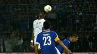 Striker Persebaya, Amido Balde, berusaha melakukan sundulan saat melawan Arema dalam leg kedua final Piala Presiden di Stadion Kanjuruhan, Malang (12/4/2019). (Bola.com/Aditya Wany)