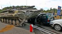 Sebuah tank menabrak VW Polo. (CEN/newgrodno)