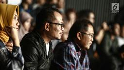 Ekspresi Menkominfo Rudiantara (kanan) dan Menteri Tenaga Kerja Hanif Dhakiri (dua kanan) saat menyaksikan konser Slank di Jakarta, Selasa (27/2). (Liputan6.com/Faizal Fanani)