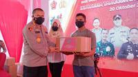 Penyerahan bantuan sosial kepada warga terdampak pandemi sekaligus pemberian vaksin Covid-19 oleh alumni Akabri 1999 di Pekanbaru. (Liputan6.com/M Syukur)