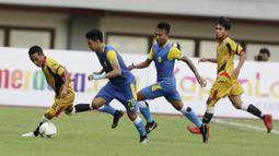 Gelandang Mitra Kukar, Adi Bayauw, menggiring bola saat melawan Bhayangkara FC pada laga Piala Presiden 2019 di Stadion Patriot, Jawa Barat, Senin (11/3). Bhayangkara FC menang 2-1 atas Mitra Kukar. (Bola.com/M Iqbal Ichsan)