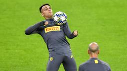 Pemain Inter Milan, Lautaro Martinez, mengontrol bola saat latihan jelang laga Liga Champions 2019 di Dortmund, Senin (4/11). Inter Milan akan berhadapan dengan Borussia Dortmund. (AP/Martin Meissner)